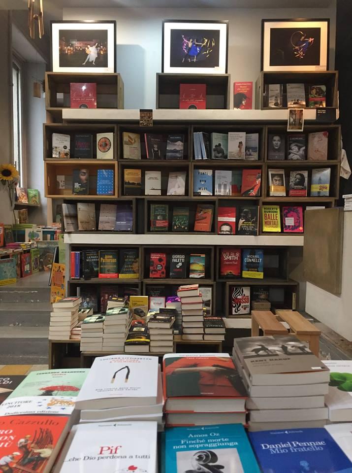 Il bosco dei libri - Foto di scenario libri e teatro per salotto letterario